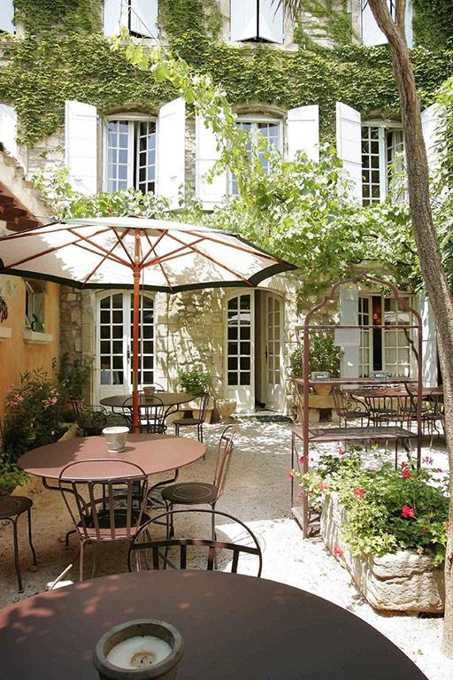 h tel de l 39 atelier hotel in villeneuve l s avignon languedoc roussillon frankrijk. Black Bedroom Furniture Sets. Home Design Ideas